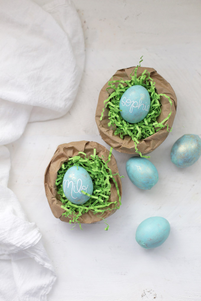 How to Make Personalized Robins Eggs - From names to monograms, these are such a cute Easter table setting!