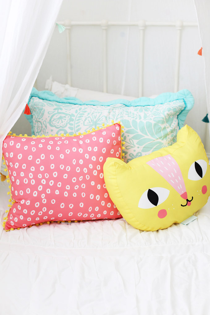 These colorful throw pillows brighten up her room so much! (They're from @beddysbeds!)
